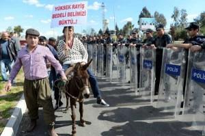 Antalya'da köylülerin 2B eylemine polis müdahalesi