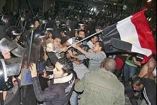 Cezayir'de halk protesto için kemik attı/Video