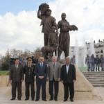 Salihli'de Çiftçilerin heykeli dikildi