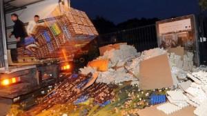 Fransız çiftçiler 100,000 yumurta kırdı