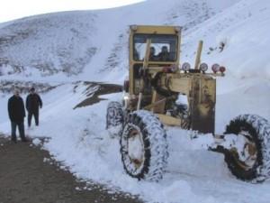 Kar köy yollarına geçit vermiyor