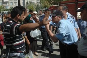 Şirketler emrediyor belediyeler uyguluyor: Konya Zabıtası çiftçilere saldırdı
