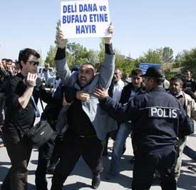 Besiciler protestolarını bakanlık önünde yapıyor