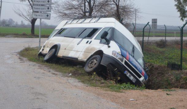 Adana'nın Kozan ilçesinde, tarım işçilerini taşıyan minibüs ile otomobilin çarpışması sonucu 10 kişi yaralandı